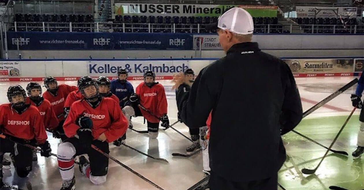 DEL-Nachwuchskoordinator Uli Liebsch erklärt Eishockey-Spielern etwas