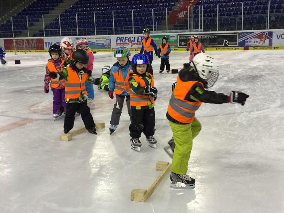 Kinder bei der Laufschule auf dem Eis